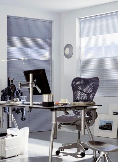 Ufficio con tende veneziane per progetti contract