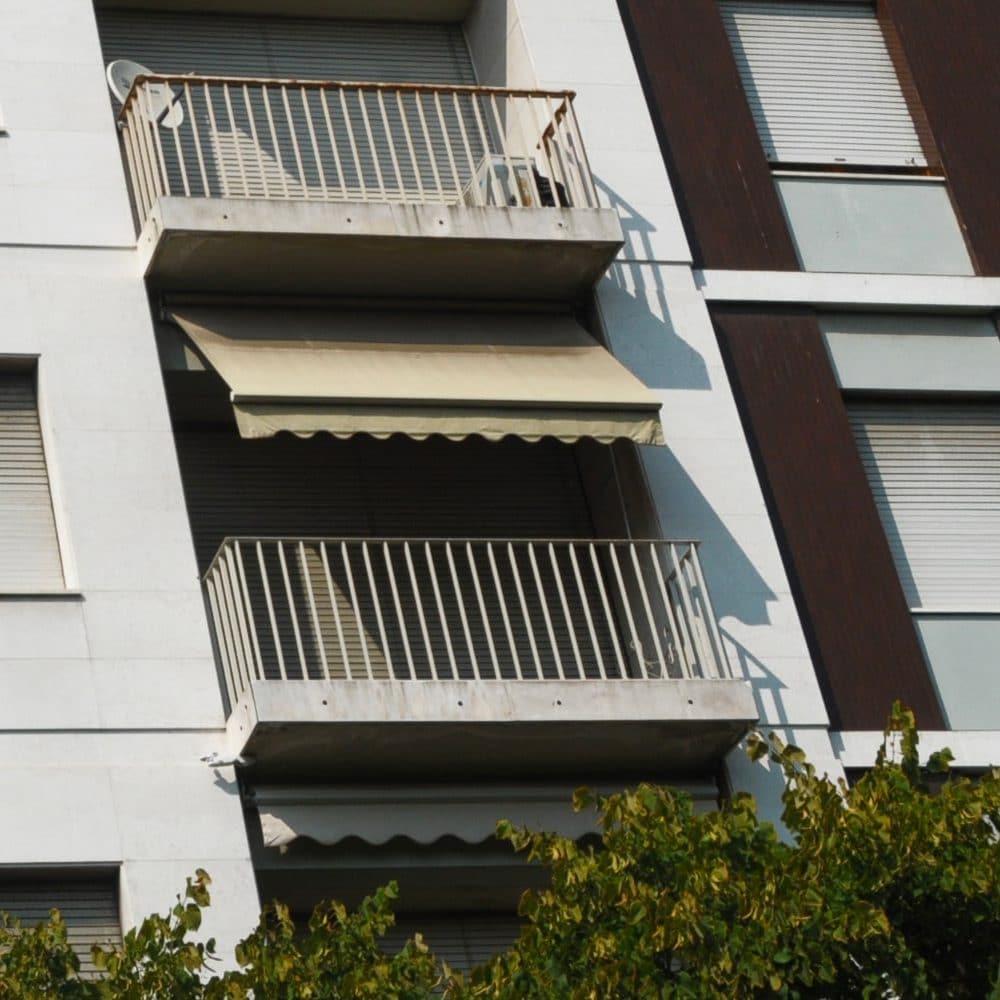 Balcone con tenda da sole a bracci estensibili